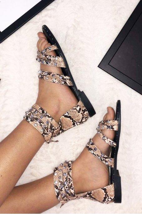 Sandales plates cloutées strass beiges et python