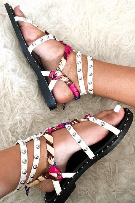 Sandales blanches perlées et ruban