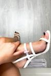 Sandales blanches vernies à talons transparents