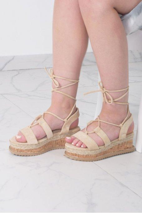 Sandales beiges compensées effet daim à lacets
