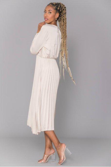Robe longue beige satinée plissée cache-coeur